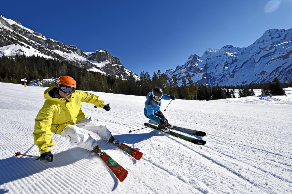 KANDERTAL TOURISMUS - Zwei Skifahrer geniessen die Fahrt auf frisch praeparierter Piste. Two skiers in action on the freshly groomed slopes. Deux skieurs profitent des pistes toutes fraiches Copyright by Kandertal Tourismus By-line:swiss-image.ch/ Robert Boesch