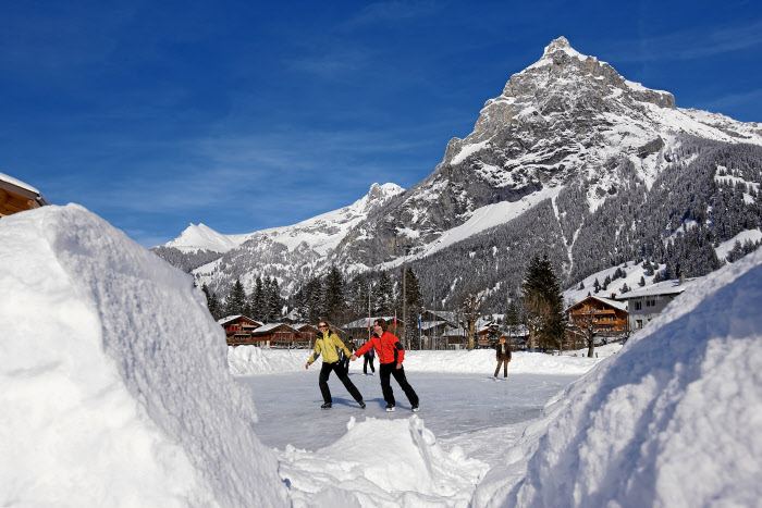 KANDERTAL TOURISMUS - Schlittschuh fahren auf der Natureisbahn inmitten einmaliger Kulisse. Ice-skating on the natural ice rink in the middle of a unique mountain scenery. Patins a glace sur une patinoire naturelle. Copyright by Kandertal Tourismus By-line:swiss-image.ch/ Thomas Anthamatten